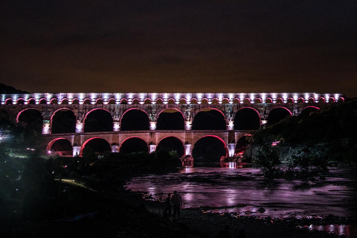Site classé par l'Unesco, le Pont du Gard s'illumine à la tombée nuit.