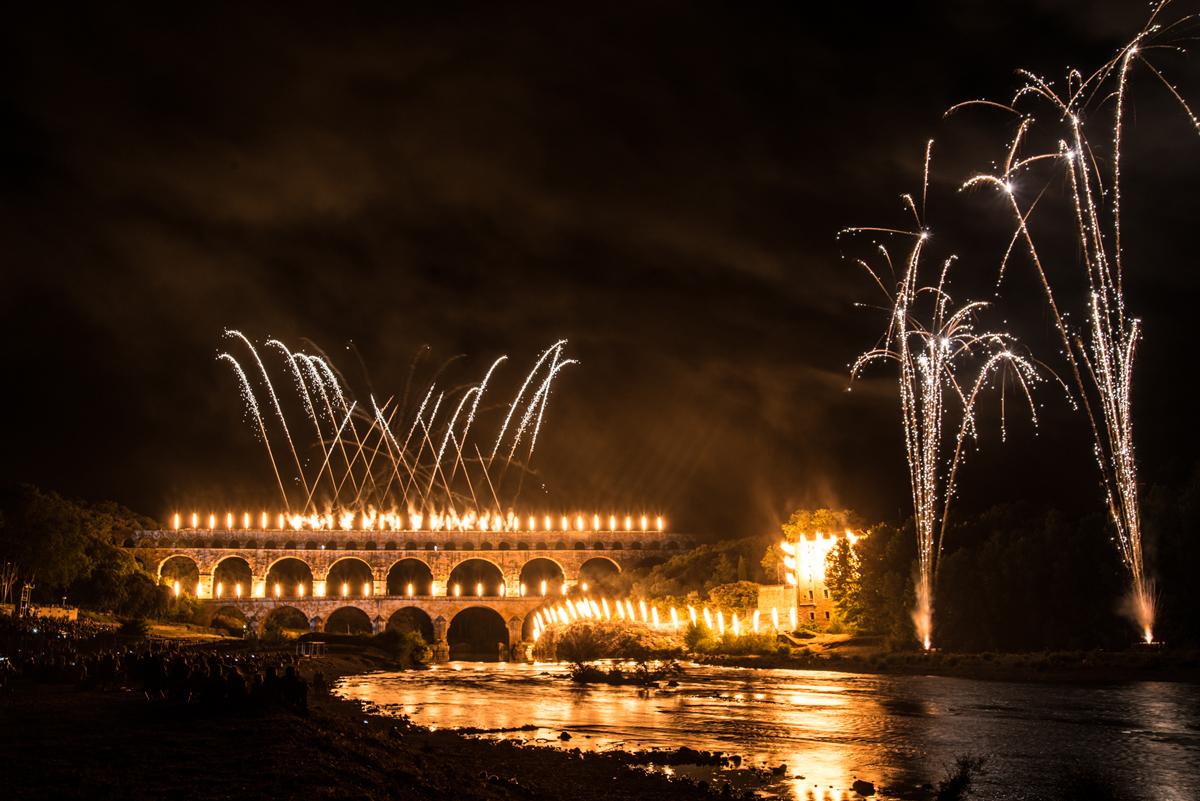 """Le Pont du Gard s'enflamme lors des Fééries 2016 """"Feux Gaulois !""""."""