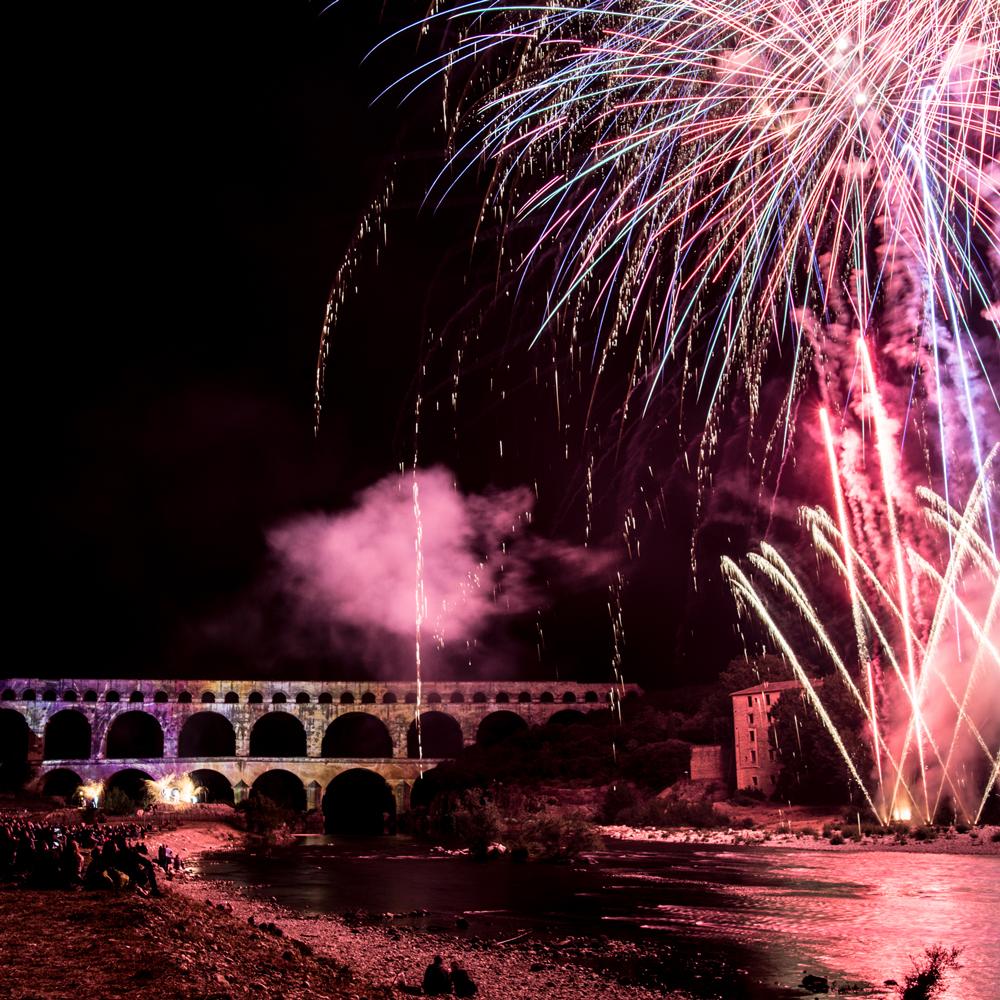 Pyrotechnie, son et lumière sur le Pont du Gard lors de Fééries !