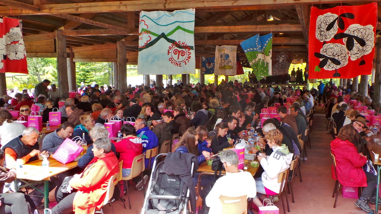 Grand repas convivial des bergers sous le hall du village de L'Espérou.