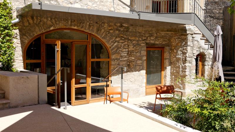 La Maison du Grand Site des Gorges du Gardon vous accueille sur une charmante cours.