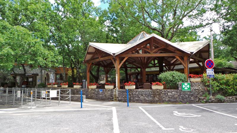 Le site de la Grotte de la Cocalière est parfaitement aménagé : aires de piquenique, bar snack, terrasse ombragée, boutique...