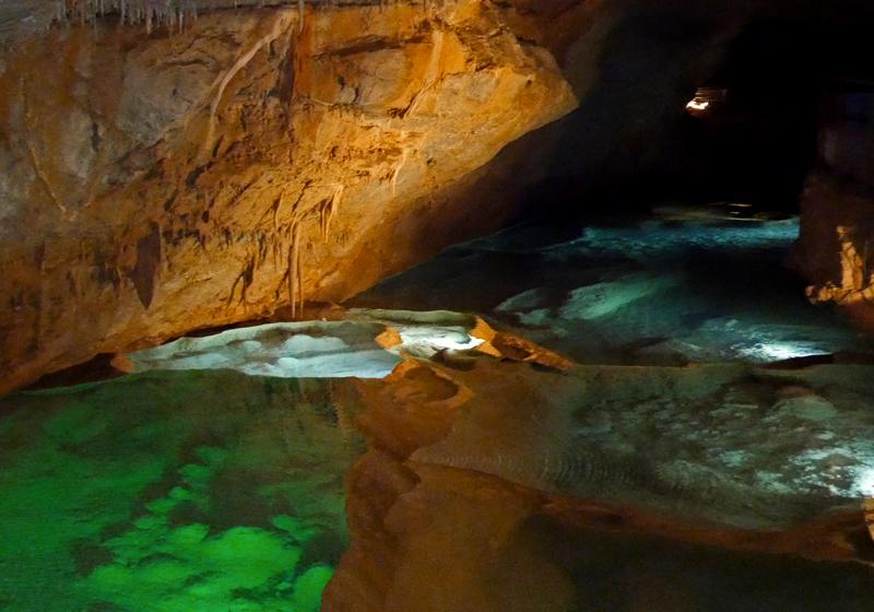 Les bassins colorés de la Grotte de la Cocalière