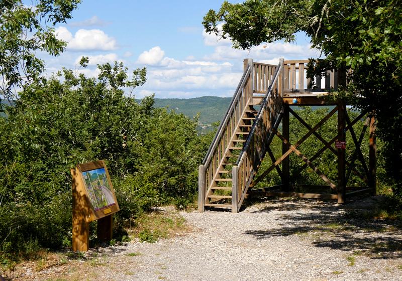 La tour d'observation du sentier découverte offre un extraordinaire panorama.