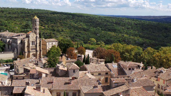 Uzès et sa Tour Fénestrelle qui surplombe la vallée d'Eure