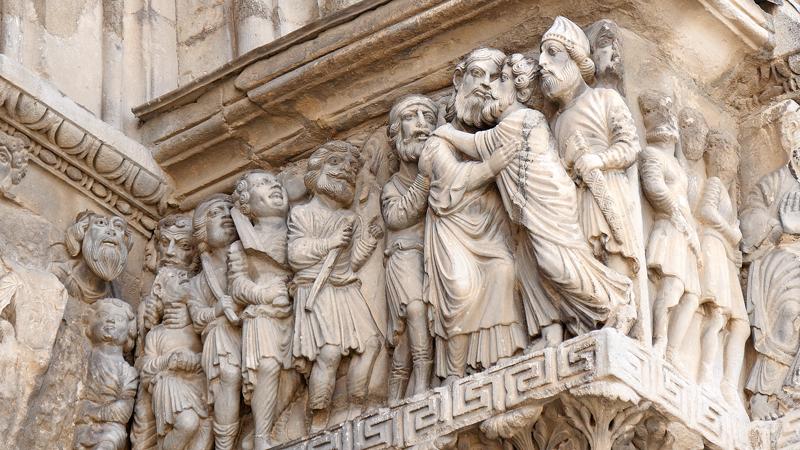 La remarquable façade sculptée de l'Abbatiale de Saint Gilles.