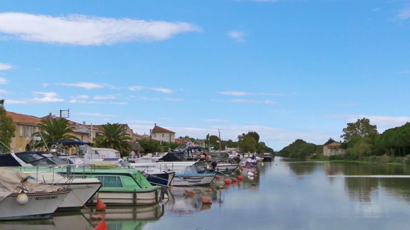 Le port de Saint Gilles longe le Canal du Rhône à Sète.